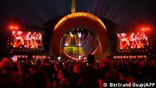Attendees enjoy a 'Global Citizen Live' concert in Paris on September 25, 2021. - From Billie Eilish in New York to BTS in Seoul and Elton John in Paris, one of the biggest-ever international charity events was set to kick off with concerts around the world to raise awareness on climate change, vaccine equality and famine. Concerts are being broadcast globally from London, Lagos, Rio, Sydney, Mumbai and more, scheduled to coincide with the UN General Assembly this week. (Photo by bertrand GUAY / AFP)