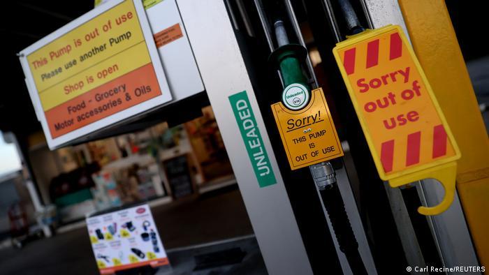 Bomba de gasolia em posto britânico com cartaz que afirma fora de serviço. Postos de gasolina em todo o Reino Unido sofrem com a falta de combustíveis