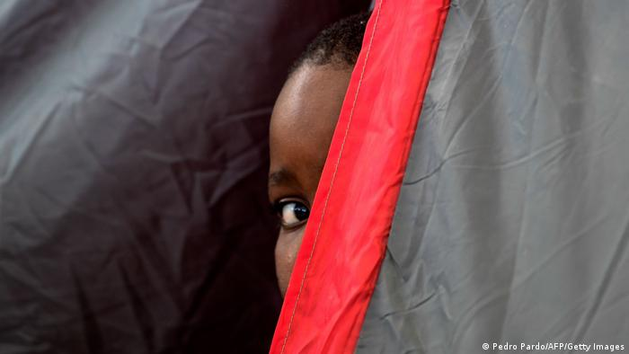 Dečak iz Haitija izviruje iz improvizovanog šatora u Sijudadu Akunji, Meksiko. Tuda teče čuvena reka Rio Grande, a preko je Teksas. To je već obećana zemlja. Hiljade migranata, mahom Haićana, već danima je zarobljeno između Meksika i Sjedinjenih Država. Administracija predsednika Džozefa Bajdena počela je sa masovnim deportacijama.