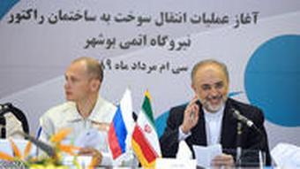 علی اکبر صالحی، رئیس وقت سازمان انرژی اتمی ایران و سرگئی کرینکو، رئیس کمیسیون انرژی اتمی روسیه (روساتم) در نشست مطبوعاتی در بوشهر در اوت ۲۰۱۰