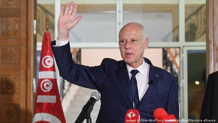Tunesiens Präsident Kais Saied winkt der Presse.