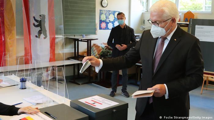فرانکوالتر اشتاینمایر، رئیسجمهور آلمان ساعت هشت صبح رای خود را به درون صندوق انداخت. او از مردم کشورش خواست، هر چه بیشتر در انتخابات مشارکت کنند. اشتاینمایر در مقالهای در روزنامه بیلد ام زونتاگ که در روز یکشنبه منتشر میشود نوشت:«هر رای ارزش دارد، رای شما شمرده میشود. به همین دلیل از شما درخواست میکنم: امروز رای بدهید!