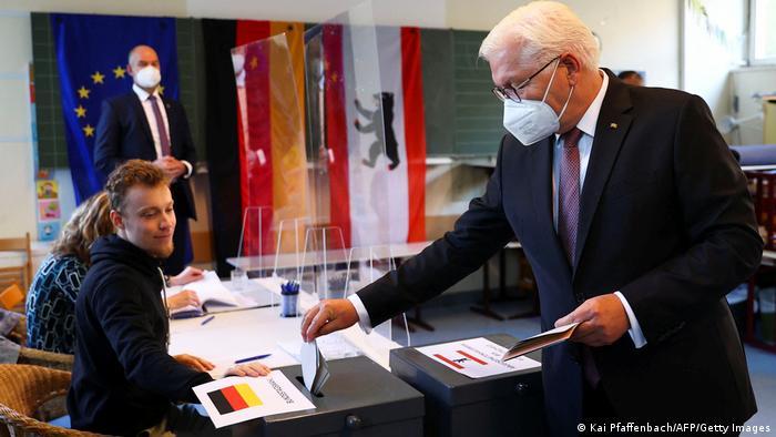 فرانک والتر اشتاینمایر، رئیس جمهوری آلمان در هنگان دادن رأی در برلین