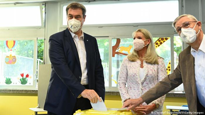 مارکوس زودر، رهبر حزب سوسیال مسیحی (CSU) و نخستوزیر ایالت بایرن به همراه همسرش کارین باوم اویلر- زودر رای خود را به صندوق انداختند.