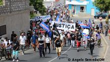 Titel: Demonstration for urgent reform of justice in Cabo Verde Was zu sehen ist: About 3.000 people participated on Saturday in a demonstration in Sao Vicente to call for urgent reform of justice in Cape Verde, according to the organization of the Movement Sokols 2017, which challenges the rulers to listen to the signals of the streets. Wann und wo: Praia, Cabo Verde Copyright: Ângelo Semedo, DW via Thiago Melo