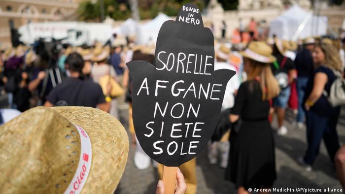 Πλακάτ διαμαρτυρίας στη Ρώμη