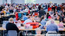 26.09.2021 Köln Wahlhelferinnen und Wahlhelfer öffnen bei der Auszählung der Briefwahl zur Bundestagswahl in der Messehalle 6 die rosafarbenen Umschläge. +++ dpa-Bildfunk +++