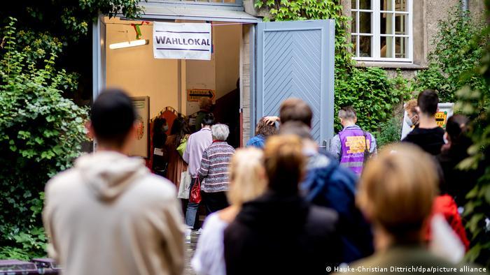 Bundestagswahl 2021 | Schlange vor einem Berliner Wahllokal