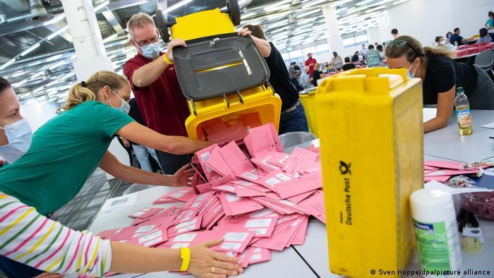 Bundestagswahl - Auszählung Briefwahl in Bayern