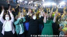 26.09.2021, Berlin: Gäste der Wahlparty von Bündnis 90/Die Grünen reagieren nach der Veröffentlichung der ersten Prognosen zum Ausgang der Wahl für das Land Berlin. Foto: Kay Nietfeld/dpa +++ dpa-Bildfunk +++