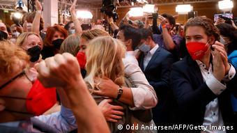Πανηγυρισμοί στα γραφεία του SPD στο Βερολίνο μετά την ανακοίνωση των πρώτων exit polls