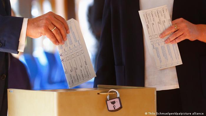 Неверно сложенный бюллетень кандидата консерваторов в канцлеры и премьер-министра федеральной земли Северный Рейн - Вестфалия Армина Лашета