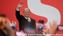 Olaf Scholz, Finanzminister und SPD-Kanzlerkandidat, winkt während der Wahlparty im Willy-Brandt-Haus.