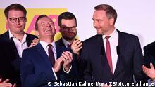 Christian Lindner (r), FDP-Parteivorsitzender, und die Parteispitze der Liberalen stehen auf der Wahlparty der FDP im Hans-Dietrich-Genscher-Haus nach Bekanntgabe der ersten Prognosen auf der Bühne. Neben Lindner lacht Volker Wissing, FDP-Generalsekretär.