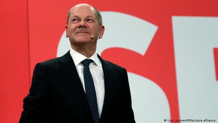 Social-democrata Olaf Scholz leva o SPD de volta ao topo. Mas, disputa pelo cargo de chanceler ainda está em aberto e dependerá das negociações para formar uma coalizão de governo, que podem levar meses. Não apenas o SPD, mas também os conservadores das uniões Democrata Cristã e Social Cristã (CDU/CSU) poderiam formar uma aliança com o Partido Verde e o Partido Liberal Democrático (FDP). (27/09)