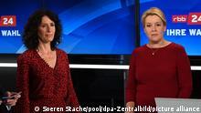 Berlin 26.09.2021 Franziska Giffey (r, SPD) und Bettina Jarasch (Bündnis 90/Die Grünen) warten neben Moderator Volker Wieprecht auf den Beginn der TV-Sendung des rbb zur Berliner Abgeordnetenhauswahl.