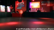 Ein einsamer Luftballon schwebt durch den Saal der Wahlparty von Die Linke im Karl-Liebknecht-Haus nachem alle gegangen sind. +++ dpa-Bildfunk +++