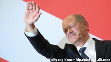 Olaf Scholz, Finanzminister und SPD-Kanzlerkandidat, winkt während der Wahlparty im Willy-Brandt-Haus. +++ dpa-Bildfunk +++