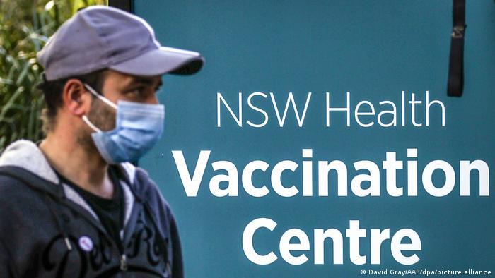 Ein Mann vor dem NSW Impfzentrum im Sydney-Olympic-Park