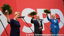 Am Tag nach der Bundestagswahl, den Wahlen in Berlin und Mecklenburg-Vorpommern, stehen auf der Bühne im Willy Brandt Haus und winken mit Blumen: L-R: Franziska Giffey, Spitzenkandidatin der Berliner SPD für das Amt der Regierenden Bürgermeisterin, SPD-Kanzlerkandidat Olaf Scholz, Manuela Schwesig (SPD), die Ministerpräsidentin von Mecklenburg-Vorpommern.