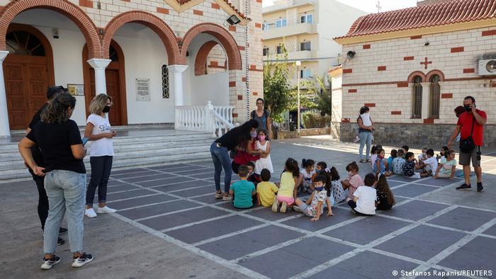 Школярі і вчителі на вулиці під час землетрусу на Криті