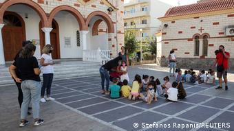 Escolares y sus maestros, en una plaza, tras el terremoto, en Heraclión.