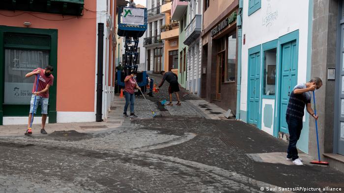 Vecinos limpian las cenizas en las calles de Santa Cruz de La Palma.