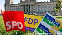 ARCHIV -Parteifähnchen von SPD, FDP und Bündnis 90/Die Grünen) vor dem Reichstag in Berlin (Archivfoto/Illustration vom 20.09.2005). Der SPD-Vorsitzende Kurt Beck hält nach der Bundestagswahl 2009 eine Ampelkoalition seiner Partei mit Grünen und FDP für möglich. Er sagte der Deutschen Presse- Agentur dpa: «Ich glaube, es gibt für uns ausreichend Schnittmengen, um sowohl mit der FDP als auch mit den Grünen zusammenarbeiten zu können. Aber ich füge ausdrücklich hinzu, dass dies eine grundsätzliche Feststellung ist und keine, die es von heute aus erlaubt zu sagen, was 2009 sein wird.» Foto: Gero Breloer (zu dpa 4169 vom 15.07.2007) +++(c) dpa - Report+++
