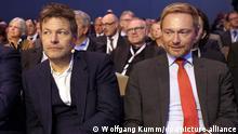 Robert Habeck und Christian Lindner sitzen beim Deutschen Arbeitgebertag 2018 in Berlin nebeneinander im Publikum