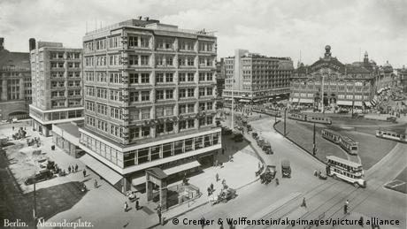 Alexanderplatz com lojas de departamentos