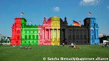 20.06.2021, Tiergarten, Platz der Republik, Berlin, Der Reichstag wurde mit den Farben der Fraktionen versehen.
