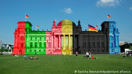 Deutschland Berlin Sommer 2021 |Reichstag in den Farben der Fraktionen