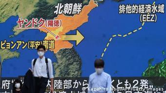 东京一电视屏幕上朝鲜今年9月中旬的导弹试验画面