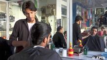 Standbild aus einem TV-Beitrag Titel: Taliban impose beard trimming ban Ort: Lashkar Gah, Helmand province, Afghanistan Schlagwörter: Taliban, beard, Helmand, barber, barbershop Sendedatum: 28.09.2021 Rechte: APTN Bilal Ahmad, a resident of Lashkar Gah, is having his hair cut.