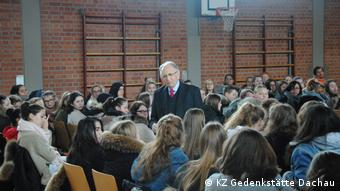 Abba Naor Holocaust Überlebender mit Schülern