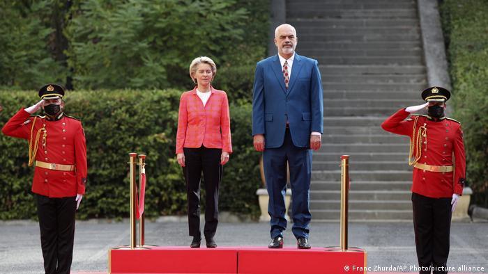 European Commission Ursula von der Leyen (l) alongside Albanian Prime Minister Edi Rama (r) in Tirana (September 21, 2021)