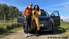 Warda Imran und Madelaine Pitt mit Elektroauto