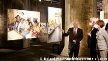 Bundespräsident Frank-Walter Steinmeier und seine Frau Elke Bündenbender bekommen von Heinrich Theodor Grütter (l), Direktor des Ruhr Museums, die Ausstellung Wir sind von hier. Türkisch-deutsches Leben 1990, Fotografien von Ergun Çagatay gezeigt. Steinmeier besucht das Ruhrgebiet aus Anlass des 60. Jahrestages des deutsch-türkischen Anwerbeabkommens. +++ dpa-Bildfunk +++