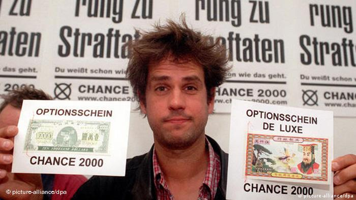 Christoph Schlingensief Chance 2000 Partei  Er hält Flugblätter der Partei in der Hand.