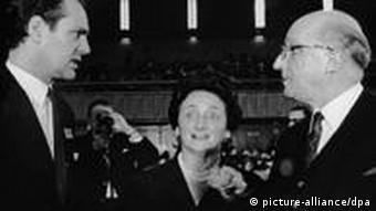 Hilmar Hoffmann, Oberhausens Oberbürgermeisterin Louise Albertz und NRW-Ministerpräsident Heinz Kühn während der Eröffnung der XIII. Kurzfilmtage 1967 (Foto: picture alliance dpa)