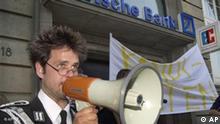 Flash-Galerie Christoph Schlingensief Aktion vor Deutscher Bank für Quiz 3000