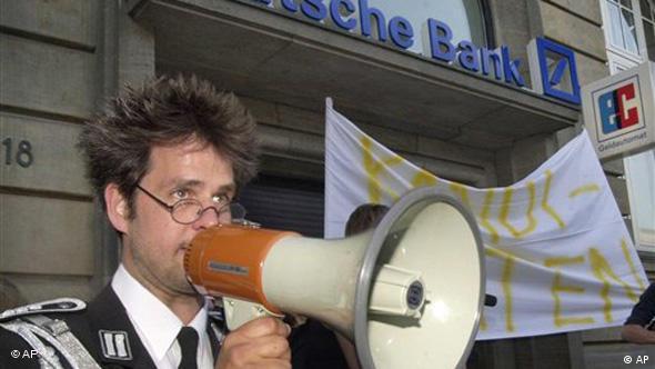 Christoph Schlingensief mit Mikro vor der Deutschen Bank