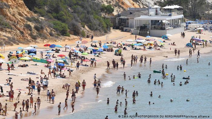 Turistas na praia do Algarve