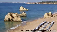 Feiner Sandstrand und bizarre Sandsteinfelsen, typisch Algarvestrand am Atlantik