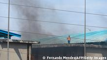 Inmates are seen on top of the prison roof during a riot at the Guayaquil Regional prison in Guayaquil, Ecuador on September 28, 2021. - A new riot in a prison in Ecuador left 24 prisoners dead and 48 wounded on Tuesday, aggravating the prison situation due to clashes between gangs linked to drug trafficking that have already left some 120 detainees dead so far this year. (Photo by Fernando Mendez / AFP) (Photo by FERNANDO MENDEZ/AFP via Getty Images)