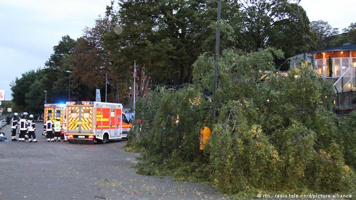 Deutschland I Krankenwagen an der Kiellinie, vorne ein umgeknickter Baum