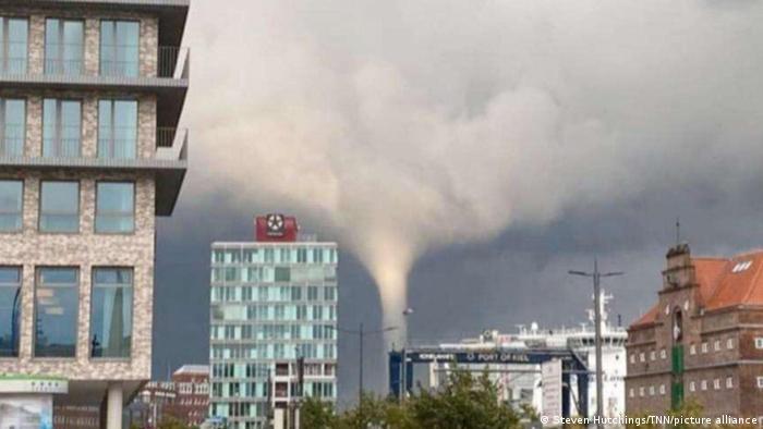 Snimljeno sinoć u Kilu na severu Nemačke. Policija je saopštila da je tornado bio veoma brz tako da je nekoliko ljudi koji su radili na obali bilo usisano i bačeno u vodu. Ima povređenih ali niko nije poginuo.