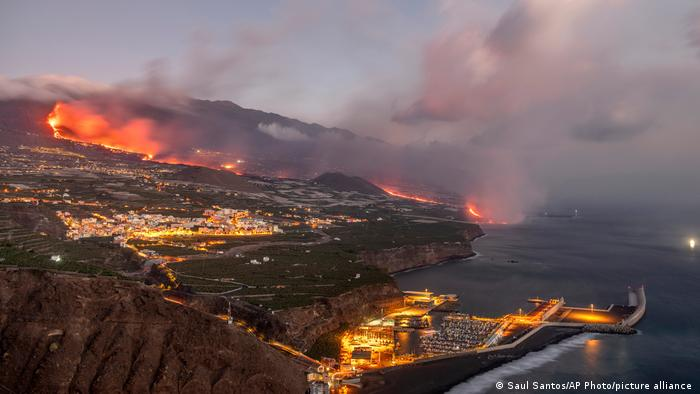 Vulkan na kanarskom ostrvu La Palma je pojačao aktivnost, a ljudi su i dalje - čini se - u neposrednoj blizini. Na ostrvu živi 83 000 ljudi, a evakuisano je oko 6000 pogođenih. Ostali žive normalno - kažu vlasti.