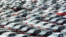Automobile warten am 10 Mai 2000 im Auto-Terminal des Bremerhavener Hafens auf den Abtransport. Der Autohandel in der Europaeischen Union wird grundlegend reformiert. Die EU-Kommission in Bruessel beschloss am Mittwoch 17. Juli 2002 eine umfassende Neuregelung der so genannten Gruppenfreistellungsverordnung (GVO), die die Automobilindustrie vom EU-Kartellrecht weitgehend ausklammert. (AP Photo/Joerg Sarbach)
