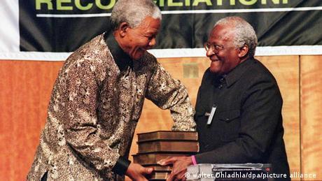 Desmond Tutu amkabidhi Nelson Mandela ripoti ya mwisho ya Tume ya Ukweli na Maridhiano (29/10/1998)